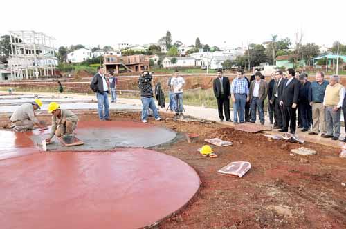 Integración. Closs recorrió las obras que unirán tres fronteras con Brasil.
