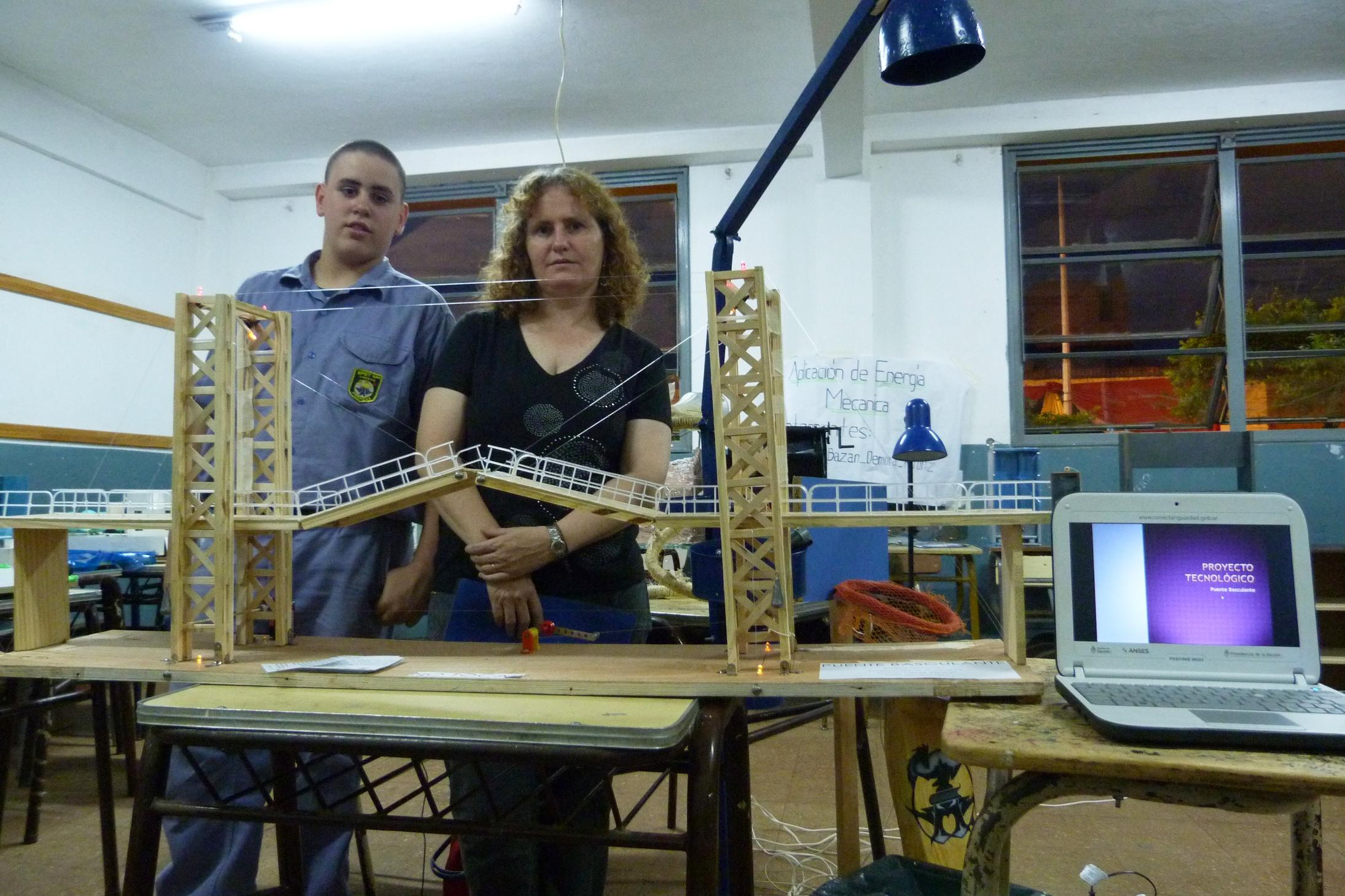 Ezequiel tiene 13 años y construyó solo un puente levadizo, con ayuda de la profe de Tecnología y el padre.