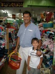 Luis Ceballos eligiendo sus regalos con su hijo.