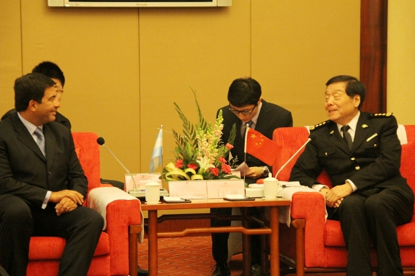 Echegaray y Yu Guangzhou, al momento de concluir las negociaciones.