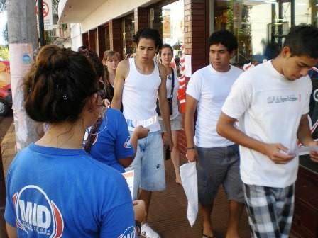 En acción. Jóvenes del MID reparten folletos con información de los cursos que brinda el partido en Oberá.