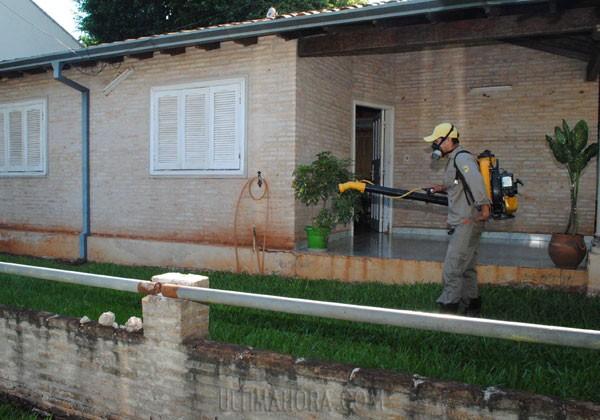 Funcionarios del Senepa realizan el rociado de larvicidas casa por casa en diversos barrios de Ciudad del Este.