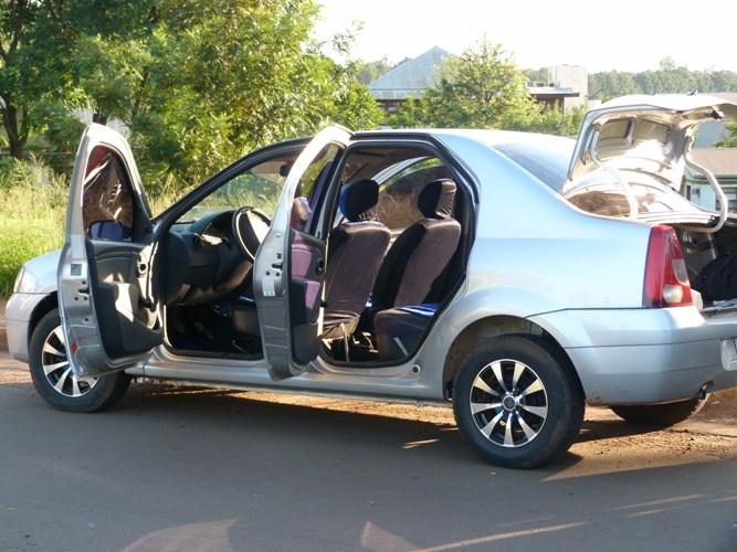 El Renault Logan en el que se movilizaban los sospechosos.