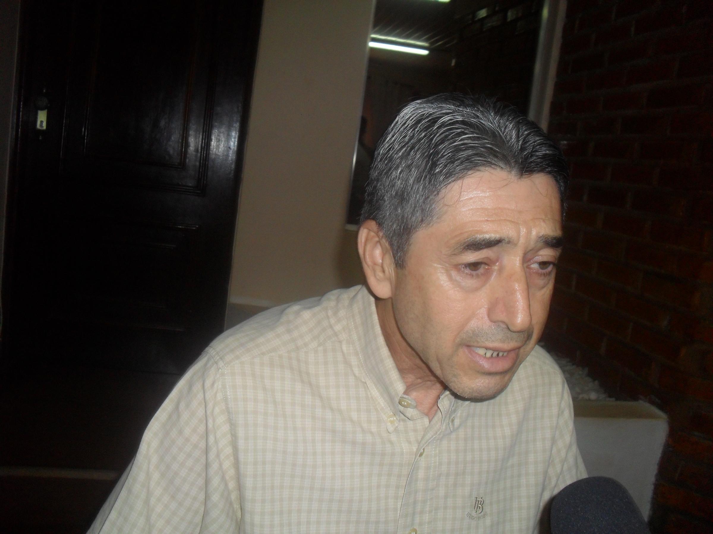 El secretario privado del Intendente, Esteban Báez, en conferencia de prensa.