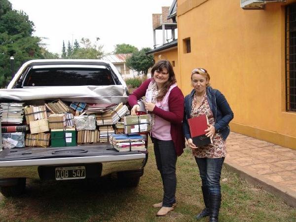 Patricia Ocampo (der.)y un grupo de personas colectan libros para aulas rurales.
