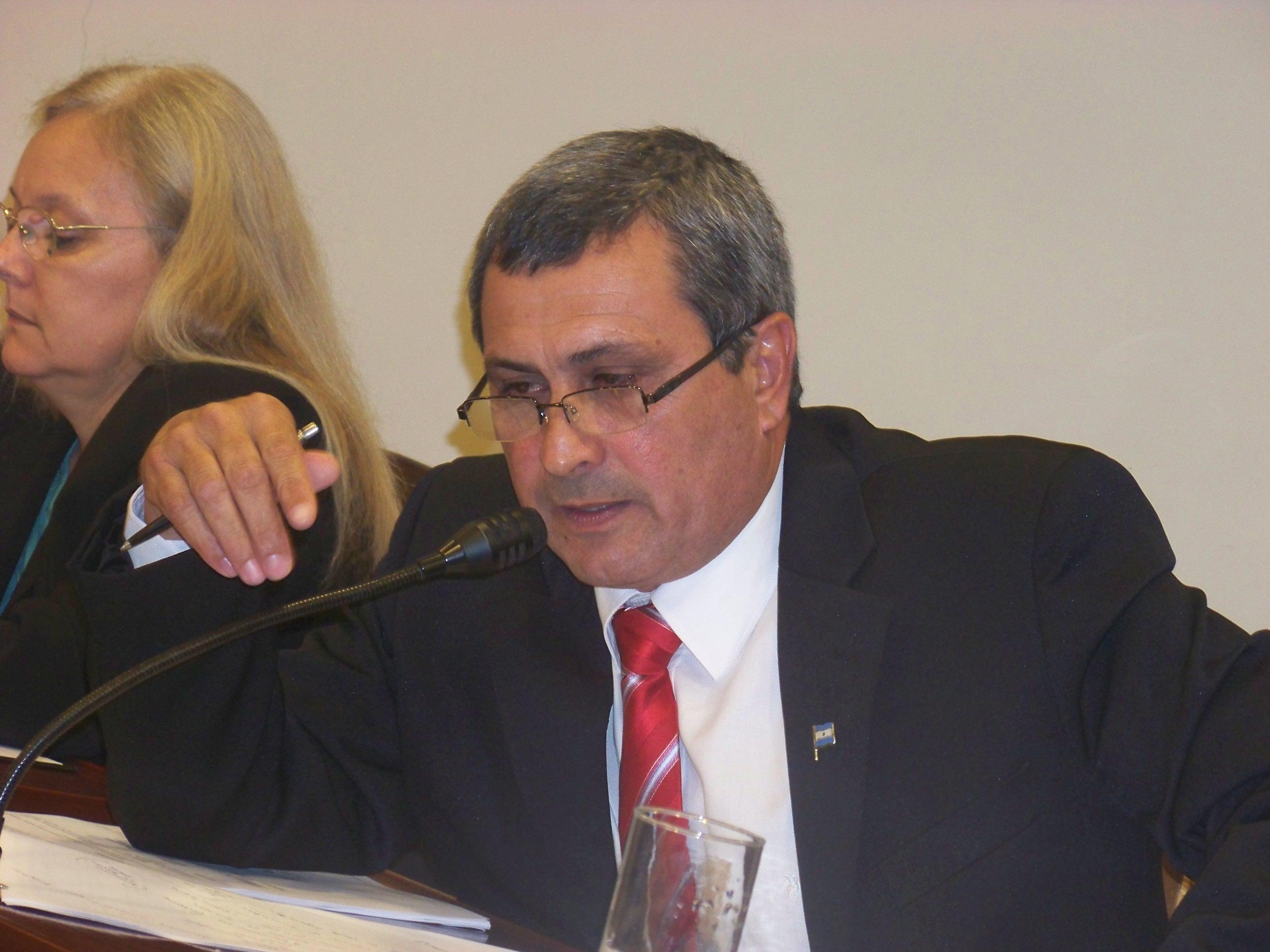El concejal denunciado por cobrar tres sueldos del Estado.