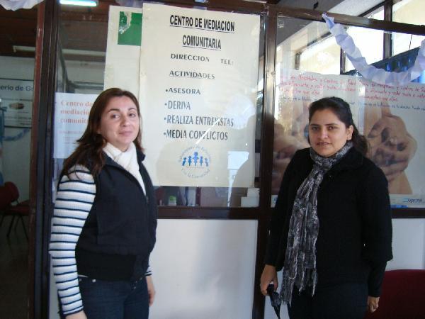 Dos mediadoras comunitarias en acción, Rossana Franco y Analía Arévalo.