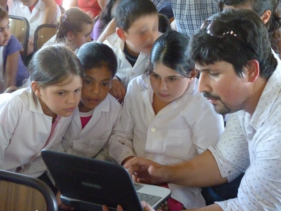 Llegaron las netbooks a la Escuela Nº 375 de paraje Chepoyá.