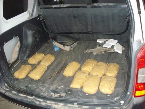 Parte de la droga detectada en uno de los dos vehículos en el vecino país, Uruguay.