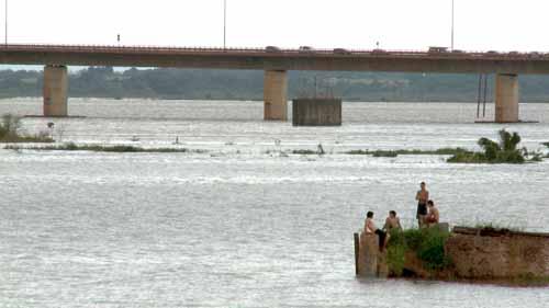 Frontera. El puente que une a Posadas con Encarnación fue inaugurado en 1990.
