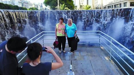El público se amontona en 9 de Julio y Avenida de Mayo para sacarse una foto con la nueva Experiencia Cataratas. Foto Clarín