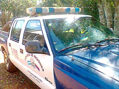 El parabrisas de la patrulla fue dañado y las astillas lastimaron a su chofer.