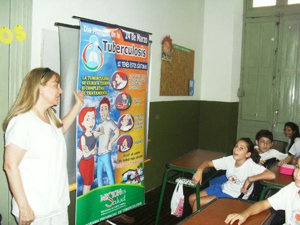Salud Pública da charlas en las escuelas acerca de prevención de la tuberculosis.