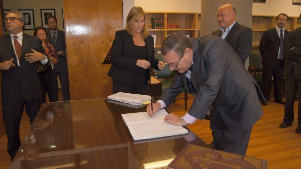 El diputado Alvarez firma su integración al Jury.