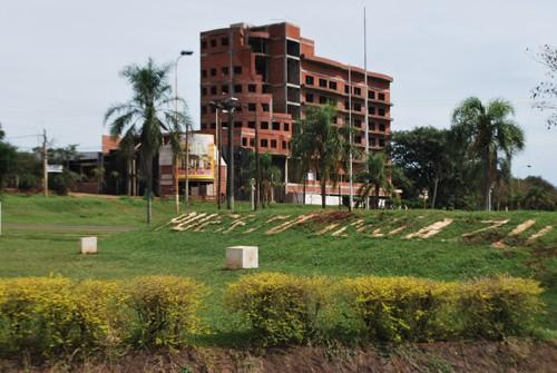 Más cerca. El Resort ya impone su presencia en el acceso a Puerto Iguazú.