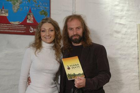 Chango Spasiuk recibió un libro autografiado de regalo por parte de Karla.