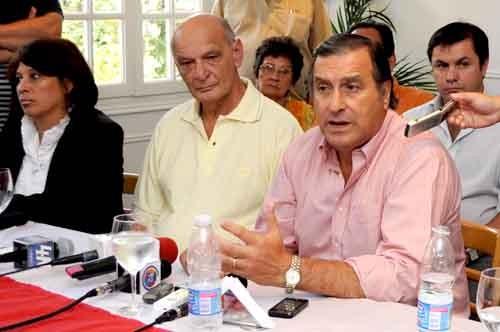 El presidente del Comité Nacional de la UCR, Ángel Rozas, junto a Luis Pastori, candidato a gobernador por el radicalismo en Misiones.