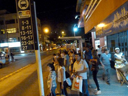 Sin información, muchos usuarios esperaron por largo tiempo un colectivo que nunca llegó y debieron caminar en la oscuridad de la noche para volver a sus casas