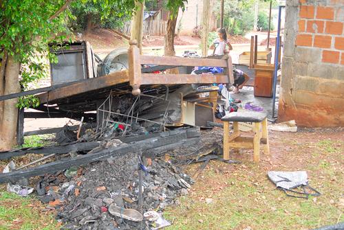 Lo que quedó de la pieza incendiada donde se estaban quemando los menores.
