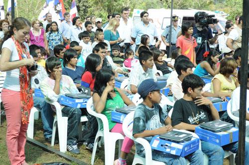 Tecnología. Los niños guaraníes utilizan a la perfección las netbooks.