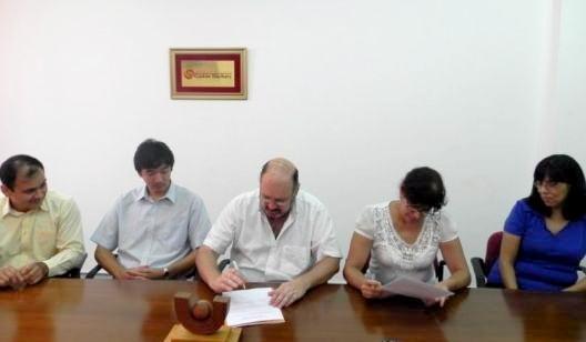 Fernando Arias (izquierda); el rector Luis Lichowski y Sonia Cáceres.