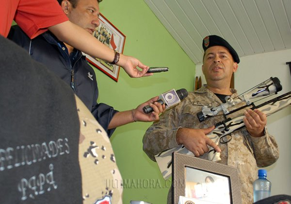 Almada muestra el regalo que recibió Lovera, y su escopeta favorita. Foto Ultima Hora.
