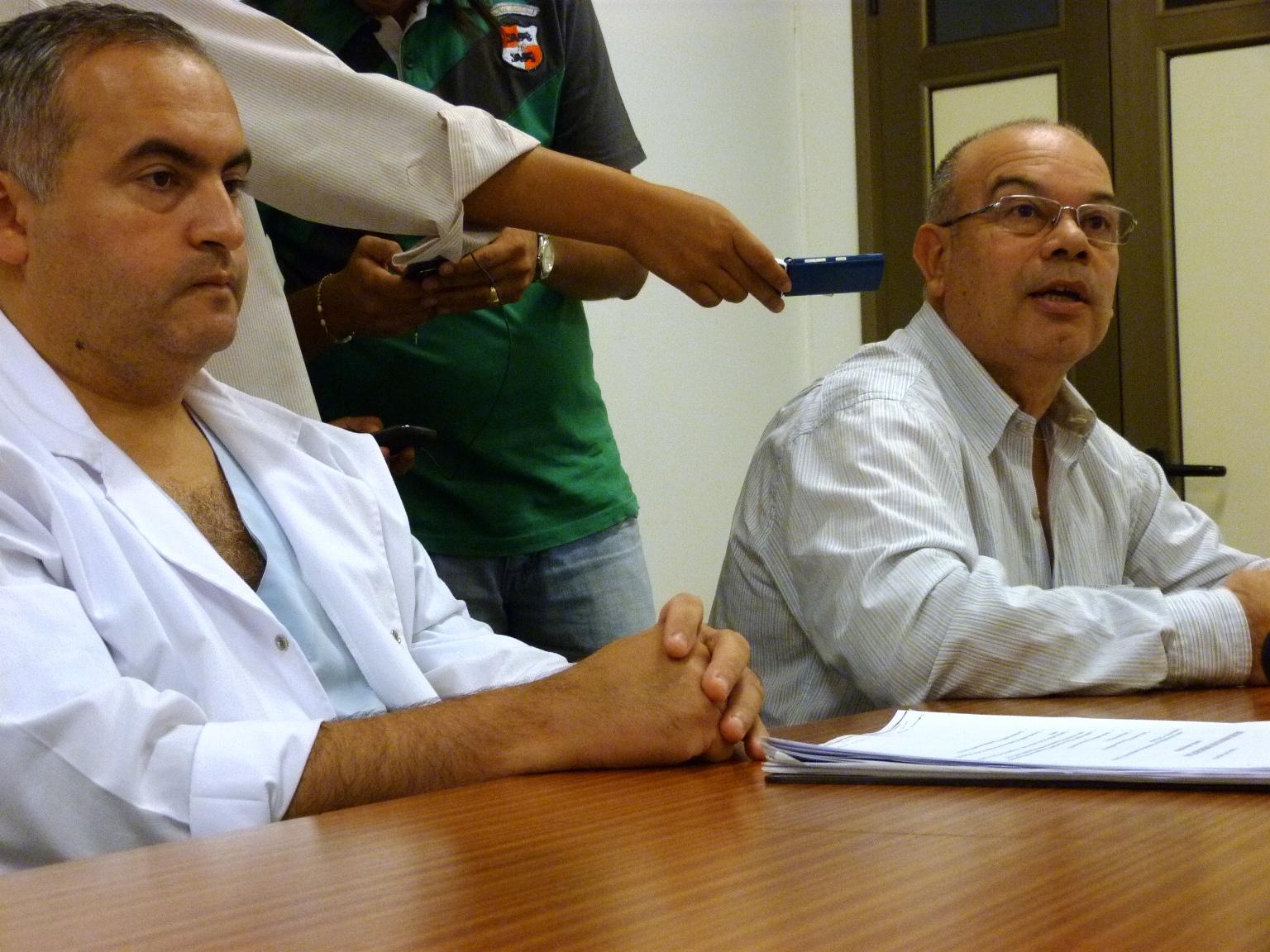 En conferencia, los doctores Betancour y Querencio (derecha),