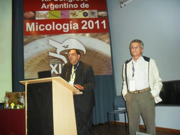 Alberto Ritieni, de Italia, y el presidente de la sociedad Argentina de Micología, Juan Basílico.