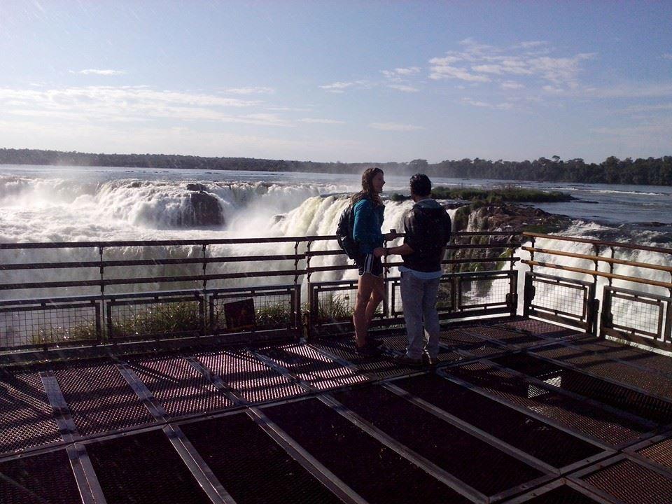 Javier y Elyse en plena declaración de amor, en Cataratas del Iguazú