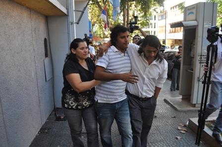 Nicolás S. (en el medio) junto a su familia al salir del Juzgado