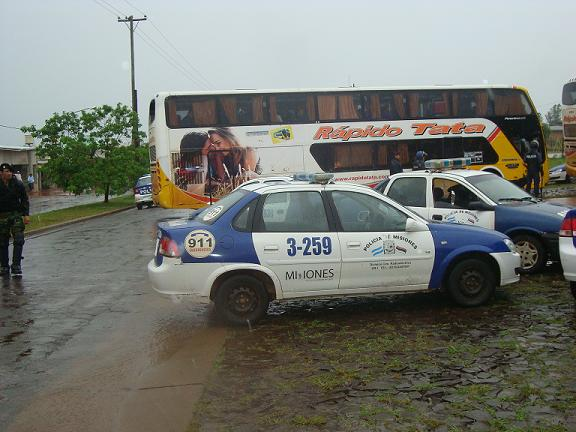 Uno de los micros detenidos por la Policía en donde viajaban los hinchas visitantes.