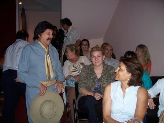 Así llegaba Ramón Ayala al auditorio para ver su propia película.