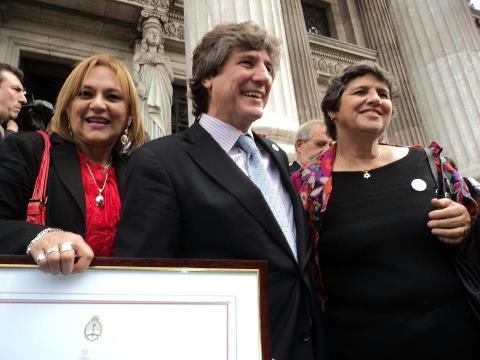 Raquel Fernández y Teresita Suárez con Amado Boudou, ambas del grupo Lazos.