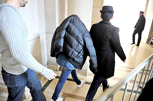 Andrea D, retirándose del juicio. Foto: Gentileza La Gaceta.