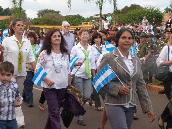 Gran desfile patrio en la Bahía El Brete en Posadas.