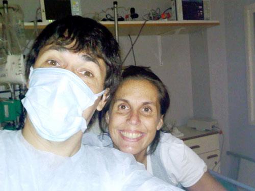Analía tras la cirugía recuperándose en la terapia junto a su hermano.