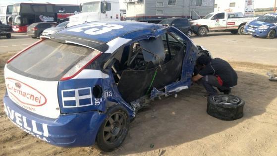 El misionero tuvo que reemplazar este Ford Focus accidentado en la carrera.