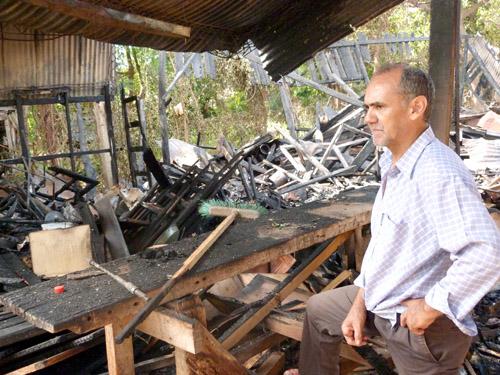 Don Elmo Medina (60) mira resignado los vestigios de su reconocida carpintería.