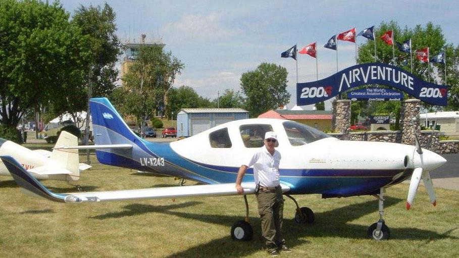 Ratti con el avión experimental con el que hizo innumerables vuelos.