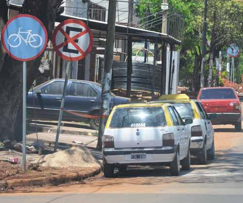 Vale todo. El lugar habilitado para ciclistas es utilizado como estacionamiento.