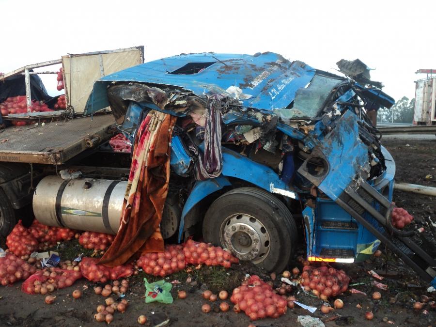 Impactante imagen del camión volcado. Foto gentileza Federación 24.