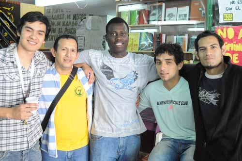 Con sus compañeros. Dumas vino hace cuatro años y se integró en la facultad.