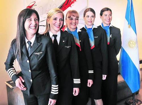 Al mando. Maluf (izquierda) fue la comandante del vuelo tripulado solo por mujeres.