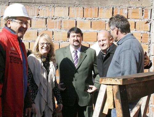 Construcción. Closs y Alicia Kirchner visitaron el futuro CIC de Iguazú.