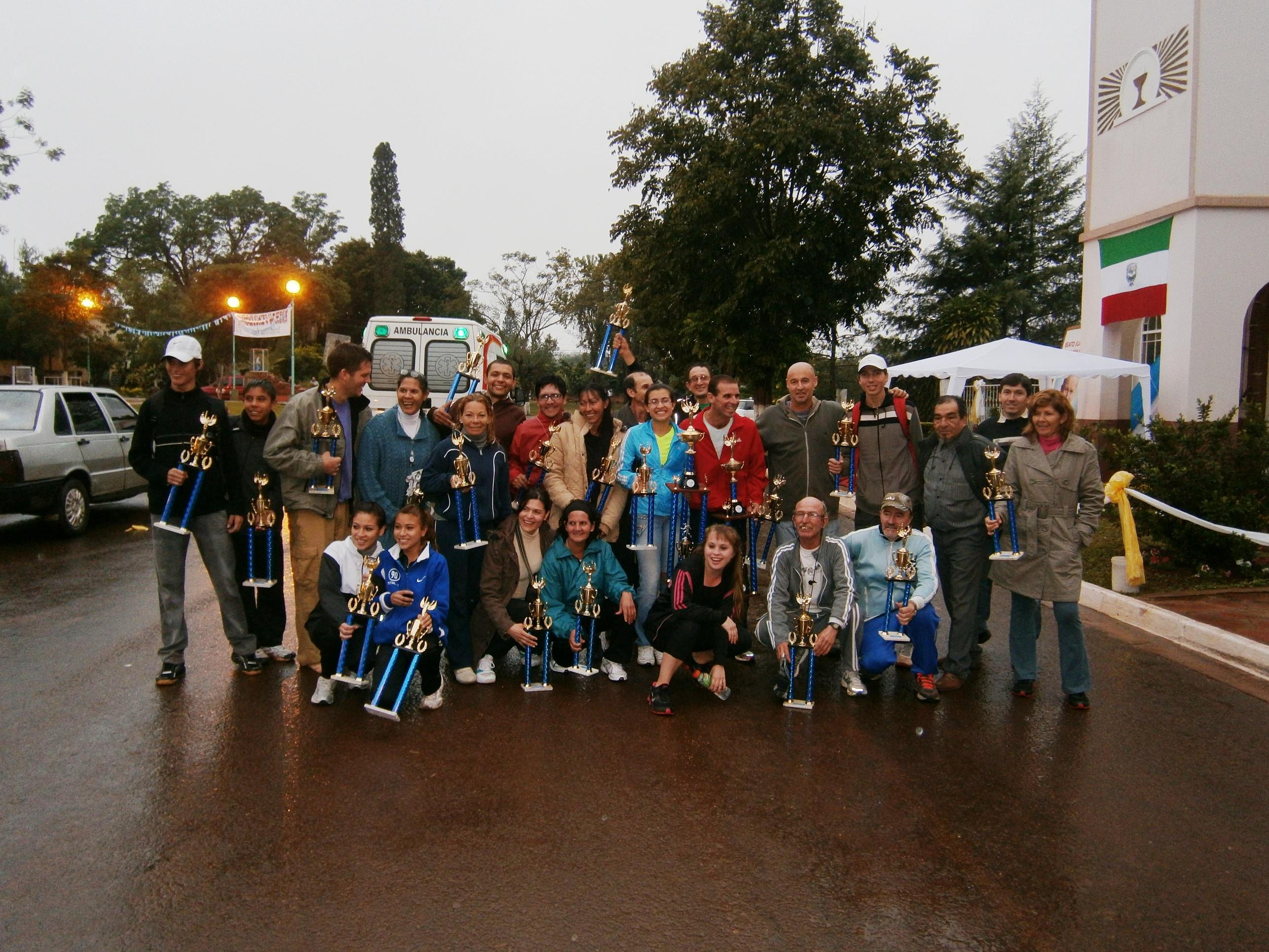 Dante Pigerl con los triunfadores de la última maratón en Corpus.