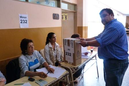 Hugo Irala hoy por la siesta en momentos en que emitía su voto en la Escuela Nº 3 de Posadas.
