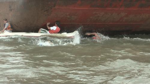 Rescatistas bordeando a las barcazas, una triste imagen que describe a la causa.