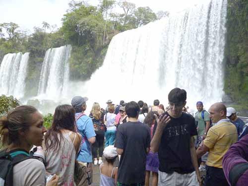 Imán. Las Cataratas del Iguazú atraen a turistas argentinos y de la región.