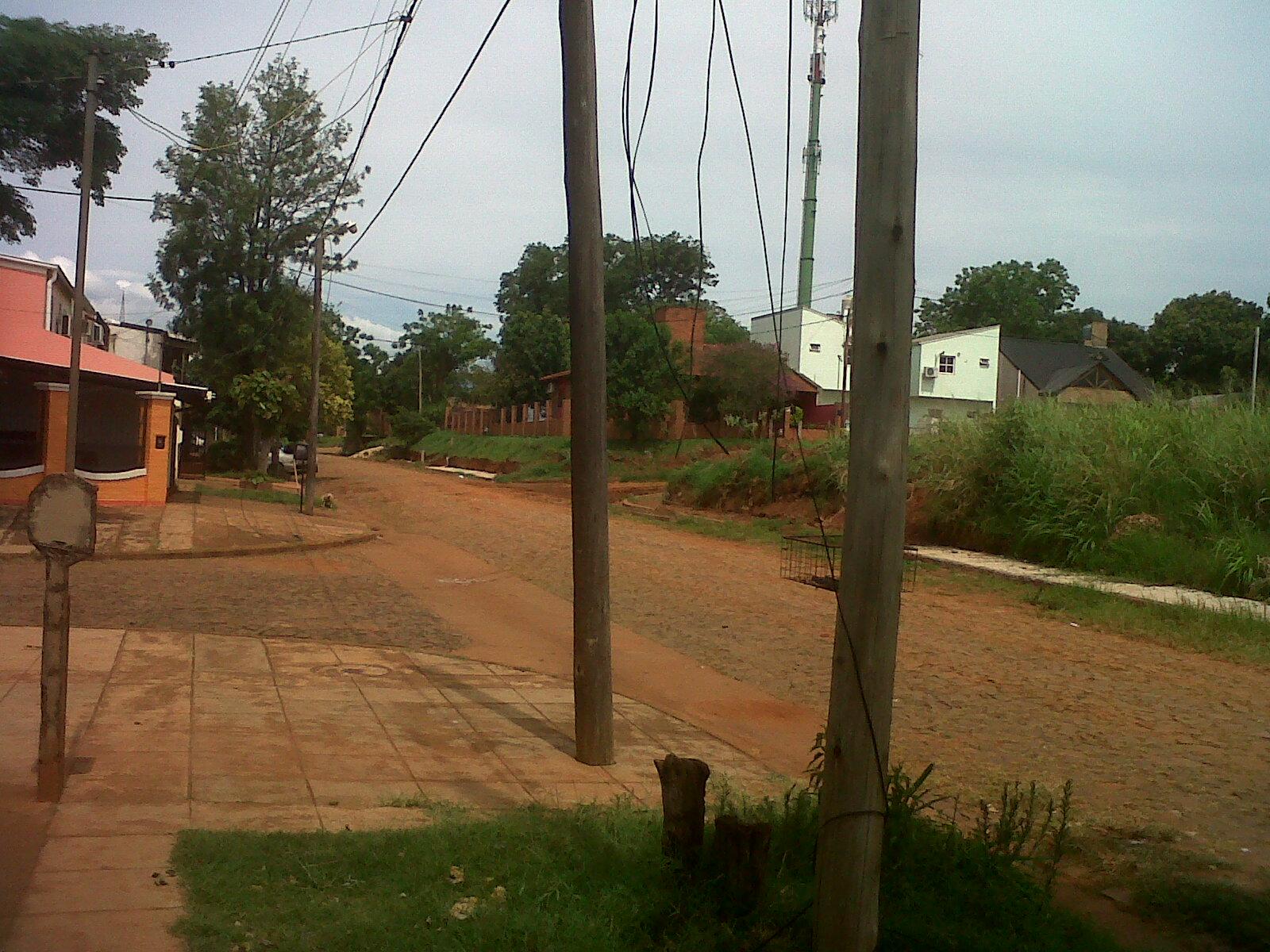 Los cables de Telecom siguen peligrosamente colgados en la esquina de Brasil y 101.