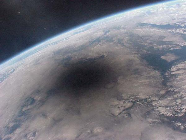 Un eclipse de Sol fotografiado desde la órbita terrestre.